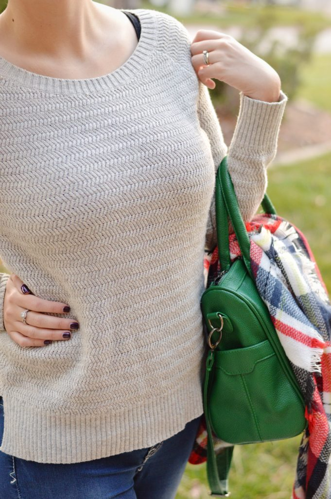 15+ Affordable Fall Outfits to Wear // Sharing my secret to building my Fall 2016 wardrobe on a budget while staying on top of trends. This creamy white chunky sweater pairs great with this blanket scarf and green bag and is a great fall outfit and would transition well into a winter outfit as well! Get the details on this outfit and 15 more fall outfit ideas here