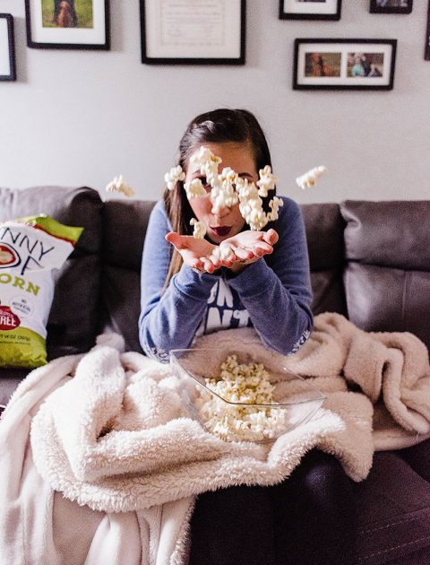 10 Best Romantic Comedies to Stream on Netflix + low carb Snack Ideas // Hey There, Chelsie