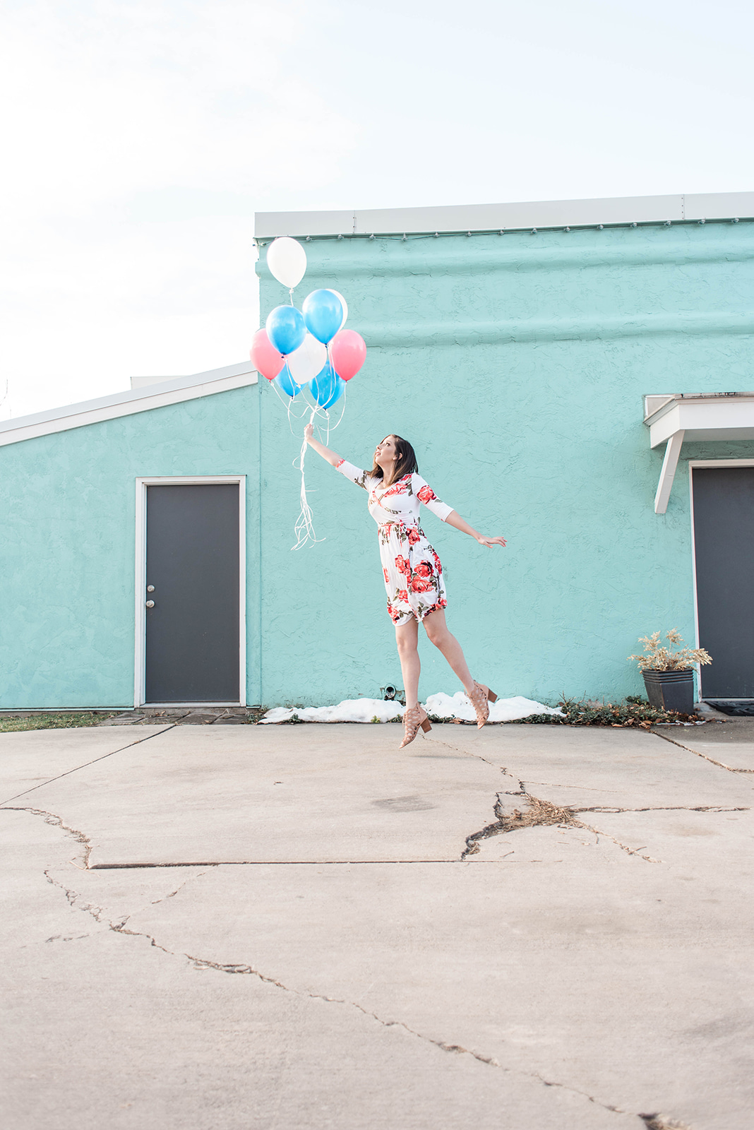 Photo idea with balloons - cute spring dress // Hey There, Chelsie