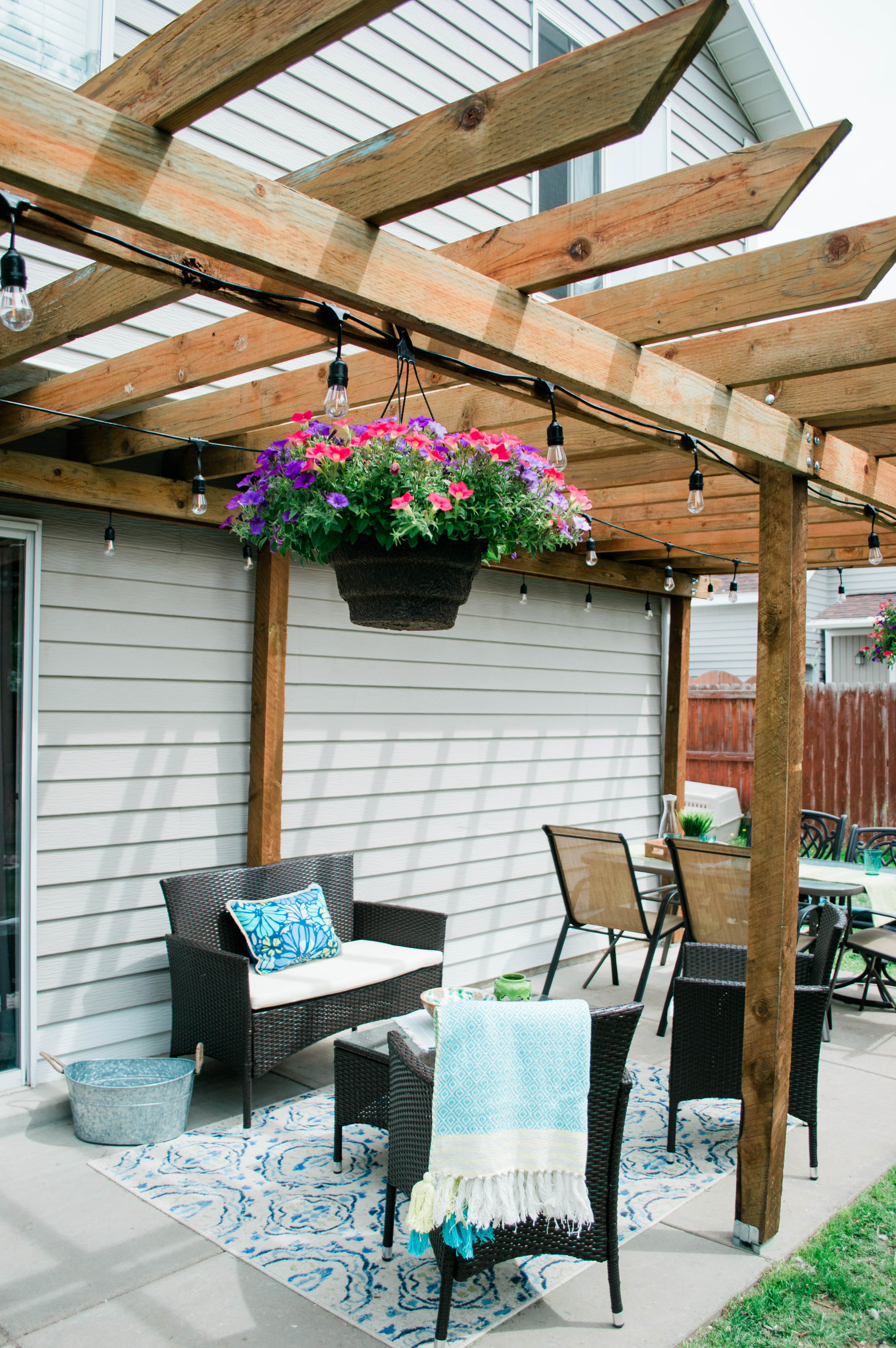 Backyard Idea on a budget - here's how lifestyle blogger Chelsie transformed her backyard under 1,000 dollars and completed a DIY pergola // Hey There, Chelsie