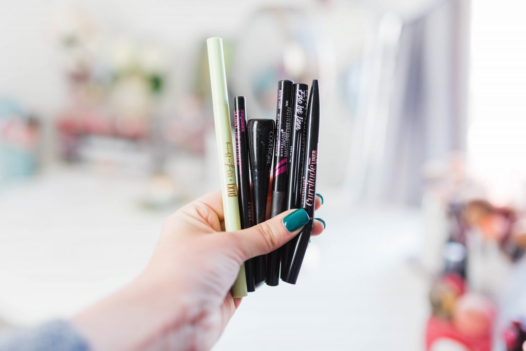 Sharing the best (and worst) drugstore liquid liner, including a duper for the Stila Stay All Day liner! This includes the best drugstore liquid eyeliner for beginners, eyeliner that doesn't crack, and affordable eyeliner! // Hey There, Chelsie